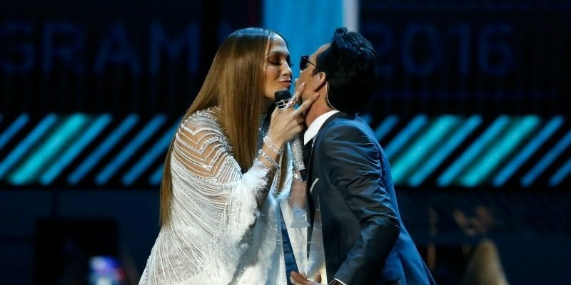 jennifer_lopez_marc_anthony_kiss_latin_grammy_awards_2016