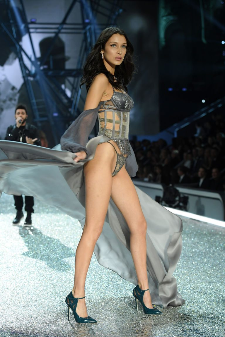 bella_hadid_twirl_victorias_secret_fashion_show_2016