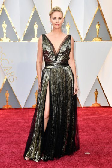 charlize-theron-oscars-2017-red-carpet